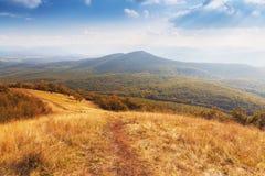 Cenário lindo da montanha com o céu nebuloso azul Imagem de Stock Royalty Free