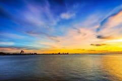Cenário longo da exposição da luminosidade reduzida de pattaya com por do sol colorido Fotos de Stock Royalty Free