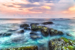 Cenário longo da exposição da luminosidade reduzida do por do sol sobre o mar Imagem de Stock Royalty Free