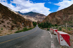 Cenário na montanha da estrada da movimentação do turismo do xizang Imagem de Stock Royalty Free