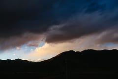 Cenário na montanha da estrada da movimentação do turismo do xizang Fotografia de Stock Royalty Free