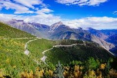 Cenário na montanha da estrada da movimentação do turismo do xizang Foto de Stock Royalty Free