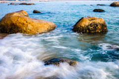 Cenário na praia no por do sol Imagem de Stock