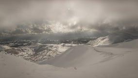 Cenário nebuloso nevado da montanha perto de Goshiki Onsen imagens de stock royalty free