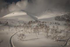 Cenário nebuloso nevado da montanha perto de Goshiki Onsen foto de stock royalty free