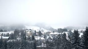 Cenário nevado do conto de fadas nas montanhas vídeos de arquivo