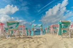 Cenário para um casamento na praia com um forro do cruzeiro no fundo foto de stock