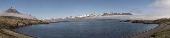 Cenário perto do monumento natural de Teigarhorn panorâmico - água Imagem de Stock
