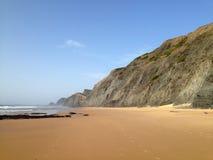 Cenário selvagem da praia do oceano perto de Sagres, o Algarve, Portugal Foto de Stock
