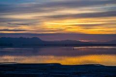 Cenário vibrante dramático do por do sol no lago Elsinore, Califórnia foto de stock royalty free
