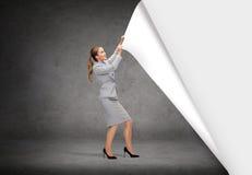Cenários em mudança de sorriso da mulher de negócios Imagem de Stock