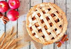 Cena aérea da torta de Apple na madeira rústica branca Imagens de Stock