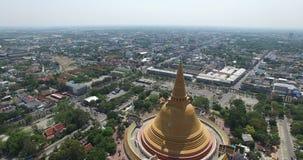 Cena aérea do pagode budista tailandês grande velho filme