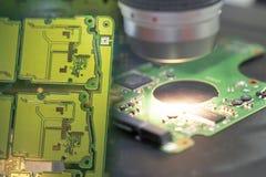 A cena abstrata da placa de circuito da eletrônica foto de stock