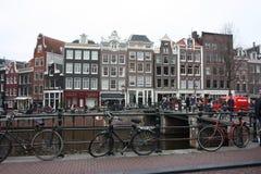 Cena adiantada da mola na cidade de Amsterdão Excursões pelo barco nos canais holandeses famosos Arquitetura da cidade com as cas imagens de stock royalty free