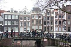 Cena adiantada da mola na cidade de Amsterdão Excursões pelo barco nos canais holandeses famosos Arquitetura da cidade com as cas fotografia de stock royalty free