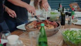 Cena al aire libre en la comida y la parte del servicio de la terraza metrajes