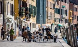 Cena al aire libre en Venecia, Italia Foto de archivo libre de regalías