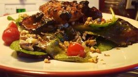 Cena asiatica del pollo sopra insalata Immagini Stock Libere da Diritti