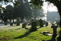 Cena atmosférica do cemitério em Contre Jour Fotos de Stock
