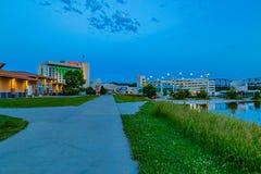 Cena azul da hora do parque de estacionamento do casino de Harrah inundado com reflexões da ponte pacífica da estrada de ferro da fotos de stock