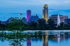 Cena azul da noite da hora das reflexões da inundação do Rio Missouri das construções em 2019 do parque de estacionamento do casi fotos de stock royalty free