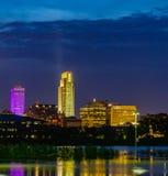 Cena azul da noite da hora das reflexões da inundação do Rio Missouri das construções em 2019 do parque de estacionamento do casi fotografia de stock royalty free