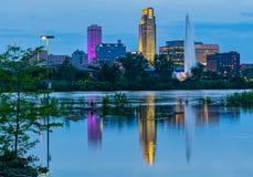 Cena azul da noite da hora das reflexões da inundação do Rio Missouri das construções em 2019 do parque de estacionamento do casi imagem de stock royalty free