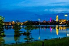 Cena azul da noite da hora das reflexões no parque de estacionamento inundado imagens de stock royalty free