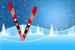 Cena azul do inverno dos esquis vermelhos que estão em montes cobertos de neve foto de stock royalty free
