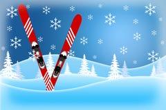 Cena azul do inverno dos esquis vermelhos que estão em montes cobertos de neve foto de stock