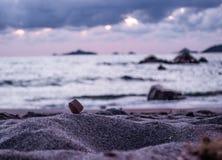 Cena azul e obscura da praia imagem de stock royalty free