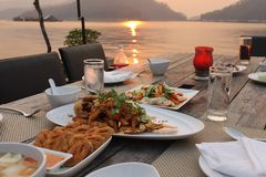 Cena bajo puesta del sol Fotos de archivo libres de regalías