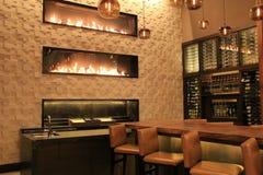 Cena bonita da barra, com morno, convidando, chaminés, hotel de Grand Hyatt, Denver, Colorado, 2015 Fotografia de Stock