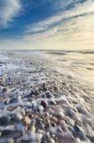 Cena bonita da praia completamente dos seixos no litoral imagem de stock