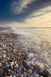 Cena bonita da praia completamente dos seixos no litoral fotografia de stock