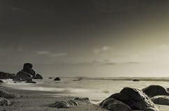 Cena bonita da praia em preto & no branco fotos de stock