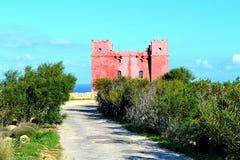 Cena bonita da torre vermelha ao norte de Malta Fotos de Stock