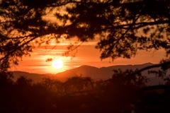 Cena bonita do por do sol nas montanhas imagem de stock royalty free