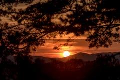 Cena bonita do por do sol nas montanhas imagens de stock royalty free