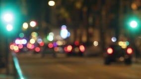 Cena borrada do tráfego da noite com mudanças do sinal Lapso de tempo filme