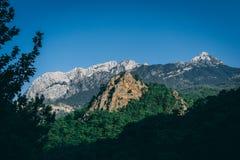 Cena calma da natureza com montanha e o céu azul Fotos de Stock Royalty Free