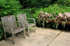 Cena calma de duas cadeiras de madeira no canto do jardim Imagem de Stock