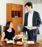 Cena cariñosa de la porción del hombre a la muchacha Foto de archivo libre de regalías