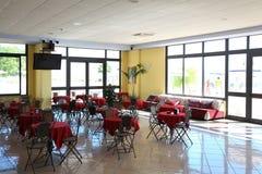 Cena-carros con los manteles y las sillas forjadas Foto de archivo