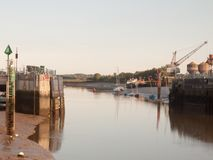 Cena clara do por do sol sobre a porta de doca aberta com o rio amarrado dos barcos fotos de stock royalty free