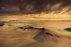 Cena clara morna dramática da praia foto de stock