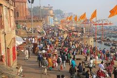Cena colorida da multidão ao longo de Ganges River na Índia Fotografia de Stock Royalty Free