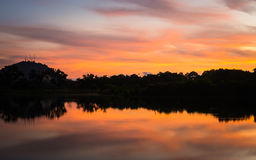 Cena colorida do nascer do sol no lago Imagem de Stock