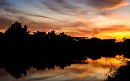 Cena colorida do nascer do sol no lago Fotos de Stock